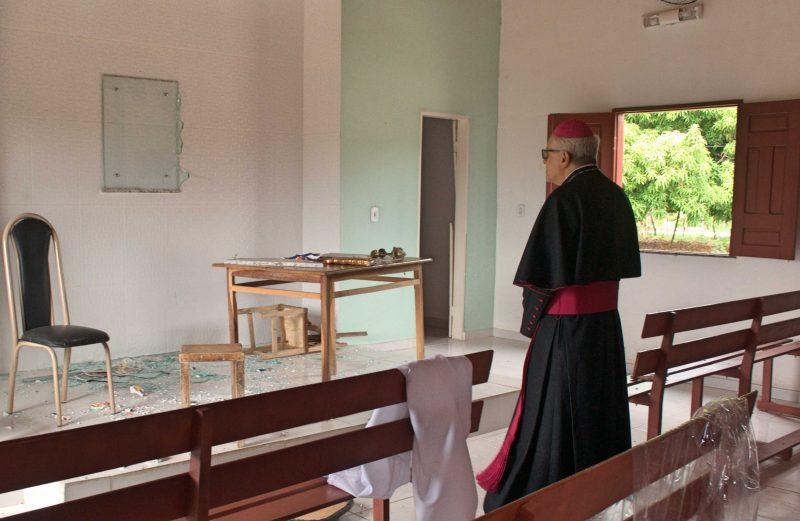 Após perícia, em clima de grande emoção, Dom Edson reabre as capelas interditadas pelos ataques